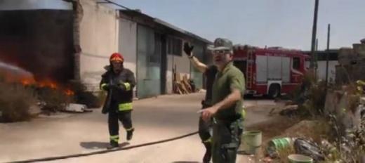 Incendio sulla Adelfia-Ceglie, brucia deposito trasformato in discarica abusiva